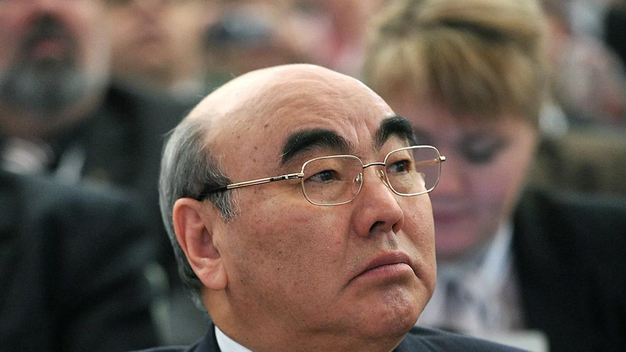 Аскар Акаев, ки дар пайгард қарор дошт, ба Бишкек оварда шуд